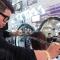 Parrucchiere asiatico taglia i capelli con una katana